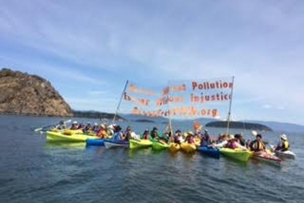 kayak banner unfurling